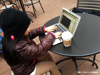 カフェでスマートに仕事をこなす