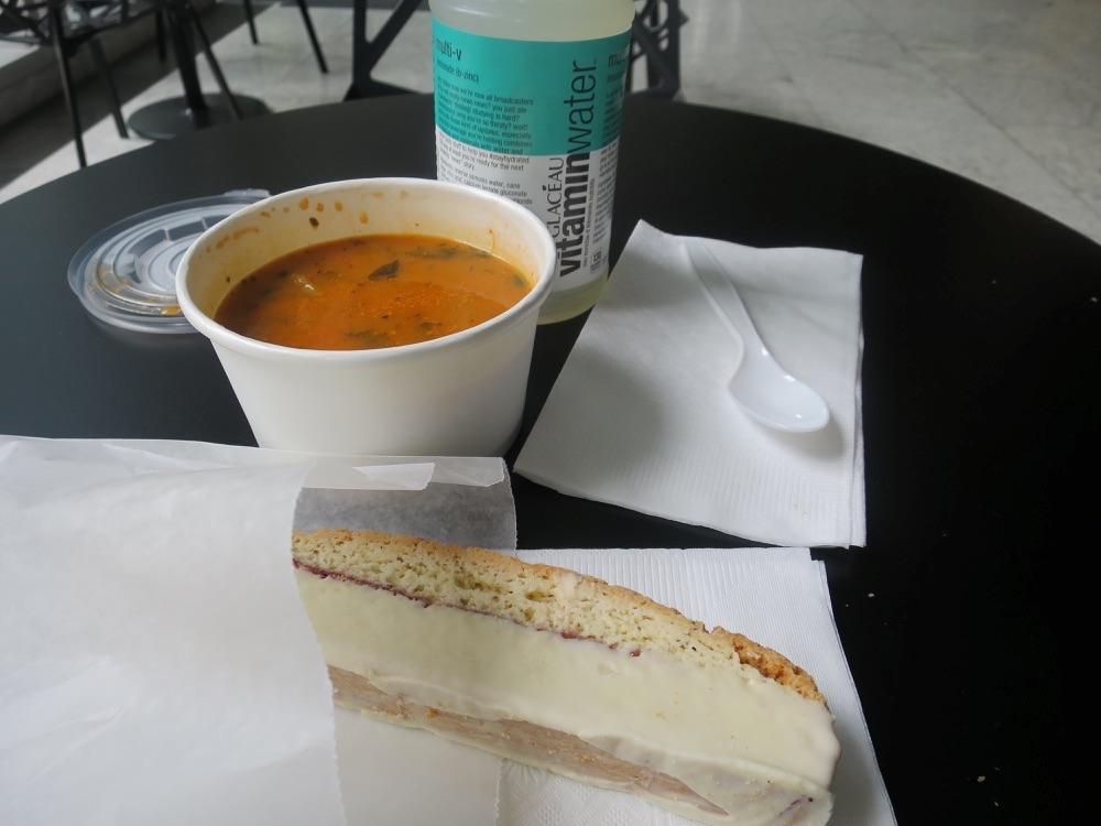 スープ、パン、ペットボトル