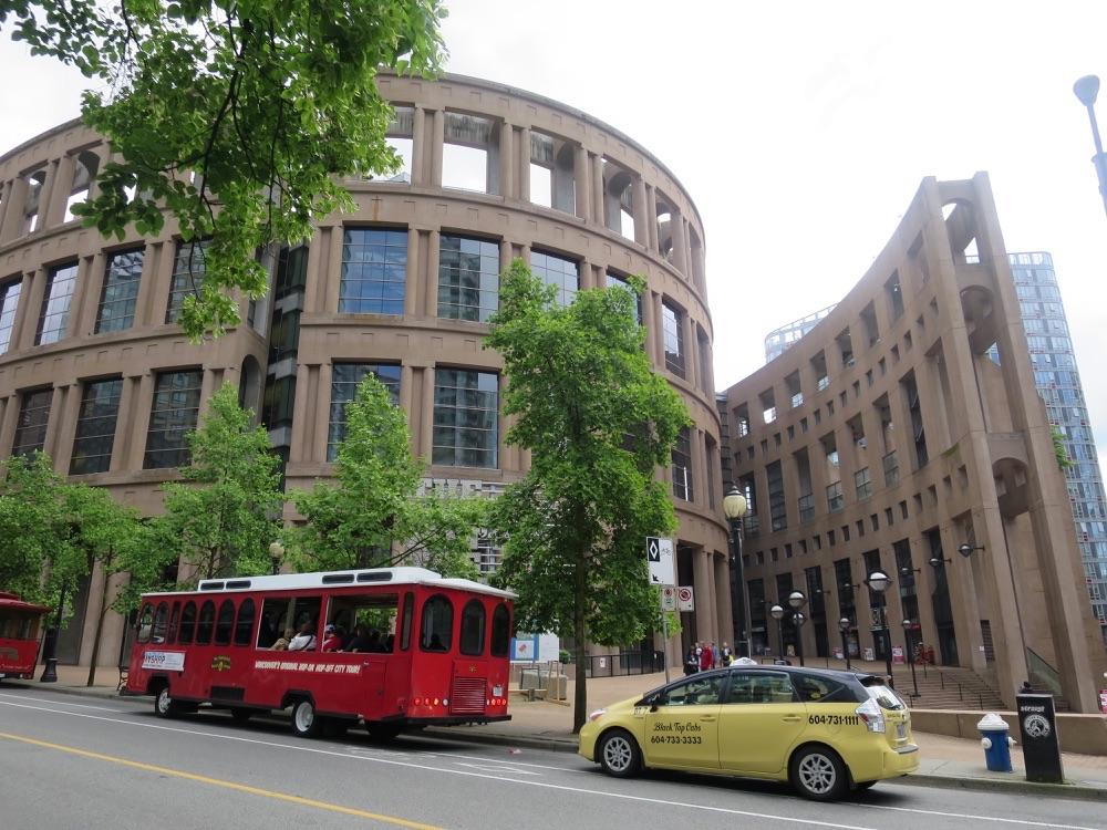 Robson Streetから見た図書館