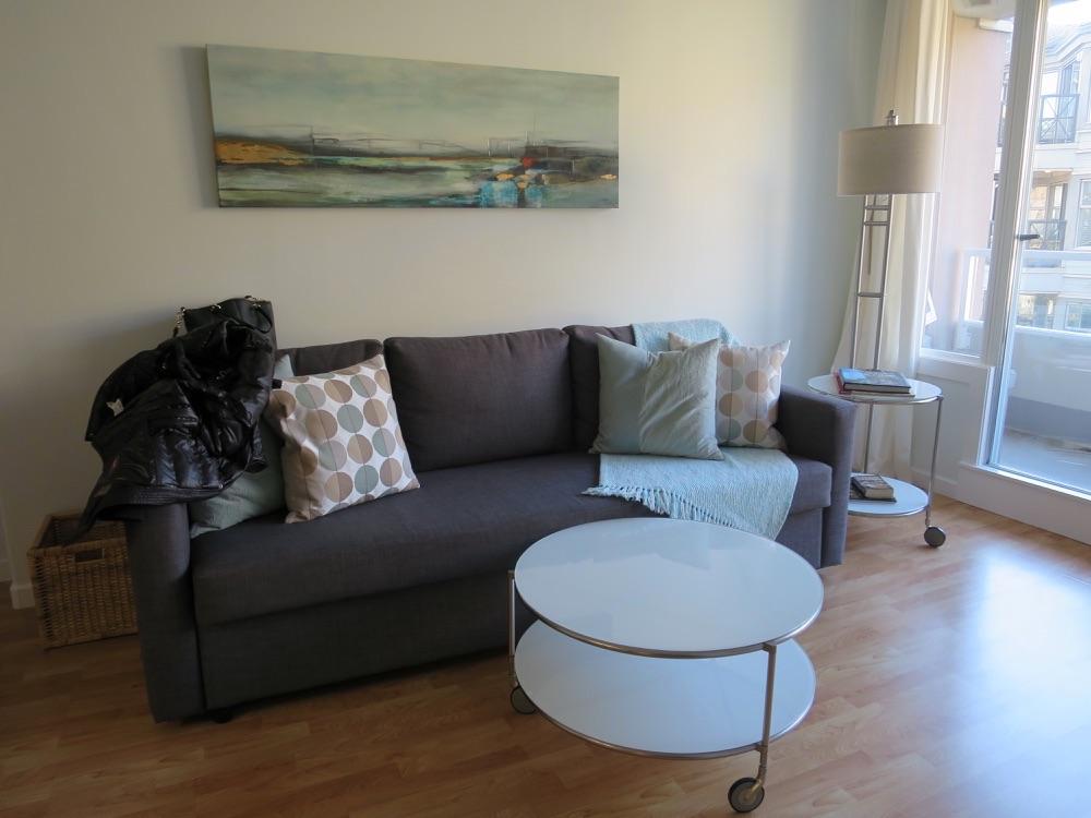 Airbnbで借りたアパートのソファ