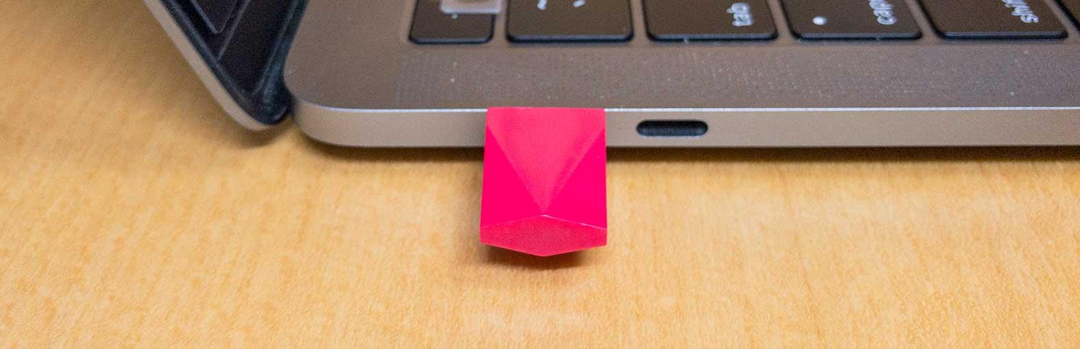 USBポートにデバイスを挿入