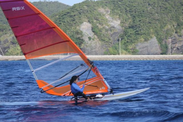 ウィンドサーフィンをする小嶺恵美選手